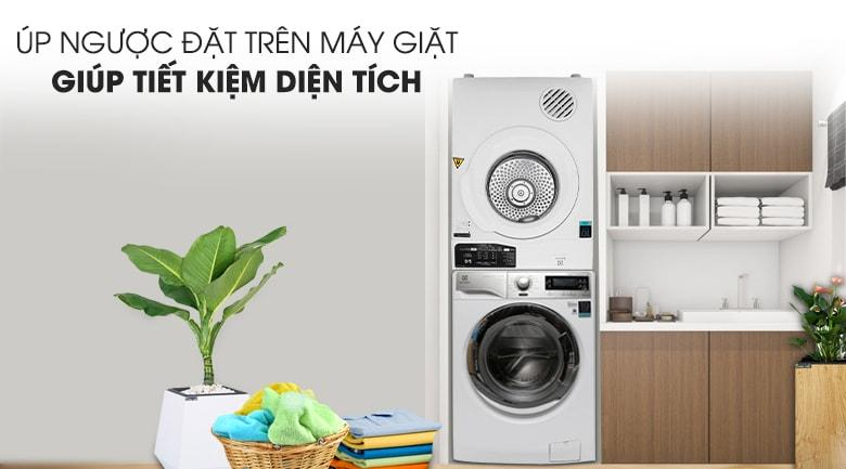 Máy sấy Electrolux EDV705HQWA úp ngược đặt trên máy giặt
