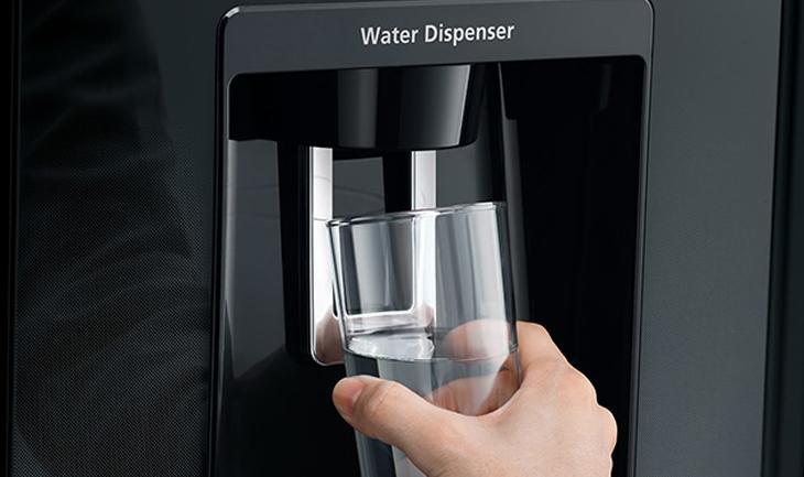 tủ lạnh Hitachi R-FW690PGV7 lấy nước bên ngoài