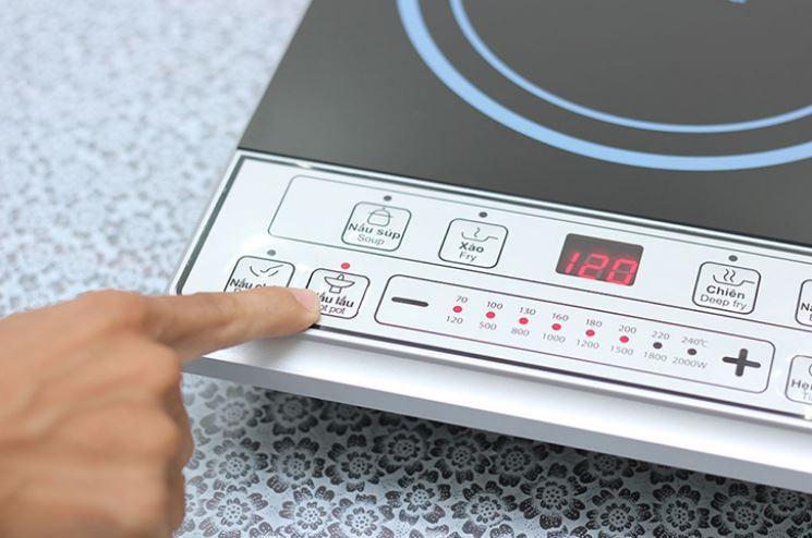 Tiêu chí chọn mua bếp từ số 4: bảng điều khiển bếp từ