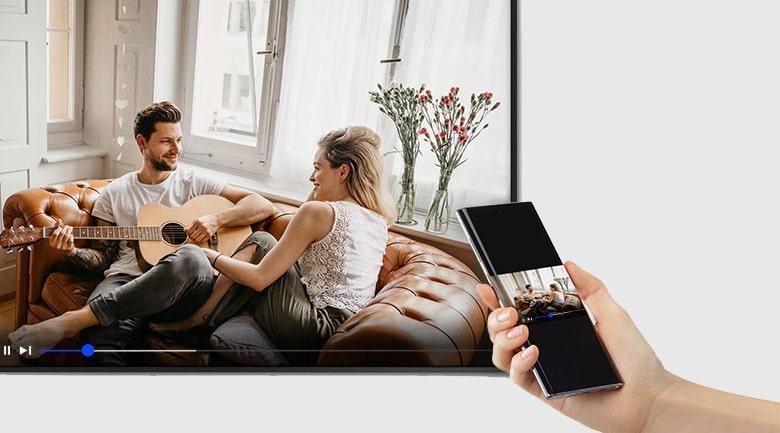 Tính năng AirPlay 2 và Tap View trên tivi QA50LS03A giúp bạn chiếu màn hình điện thoại lên TV dễ dàng