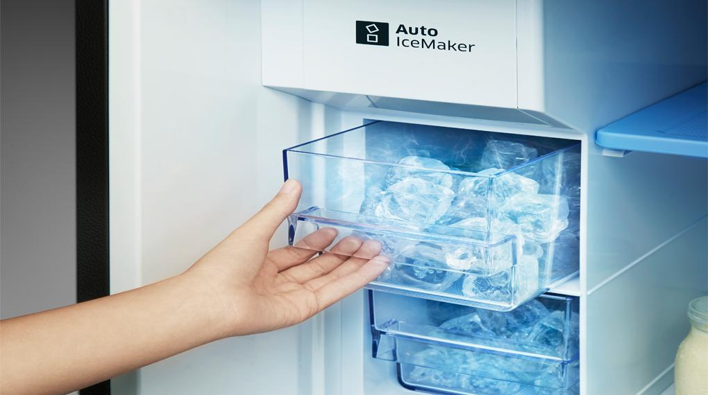 Tủ lạnh Electrolux EBB3462K-H giúp bạn tiết kiệm thời gian làm đá với tính năng làm đá tự động và 2 ngăn chứa đá linh hoạt