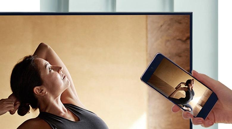 Tivi Samsung QA55QN700A trình chiếu điện thoại lên tivi