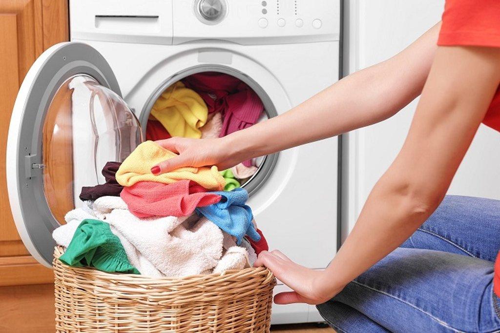 Máy giặt không cân bằng là do bạn không xếp đồ đều ra khi giặt, làm đồ bị đóng cục một bên