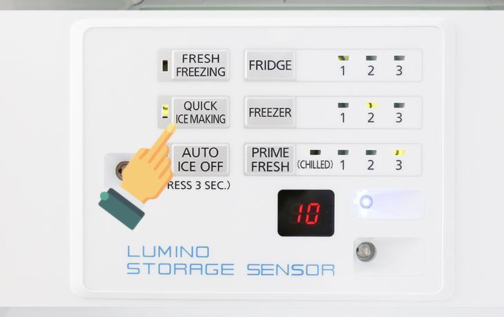 Bước 2: Tủ lạnh sẽ liên tục bơm nước lên ngăn đông và tự động làm đá.
