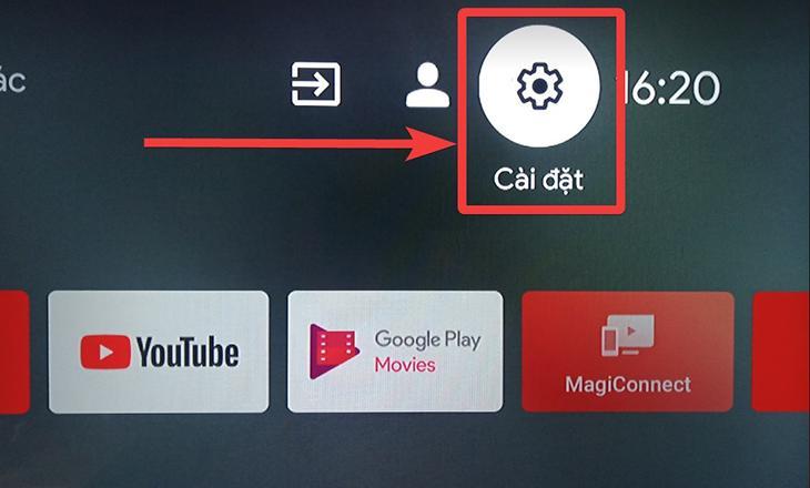 Bạn chọn mục Cài đặt (hình răng cưa) trên màn hình trang chủ tivi TCL.