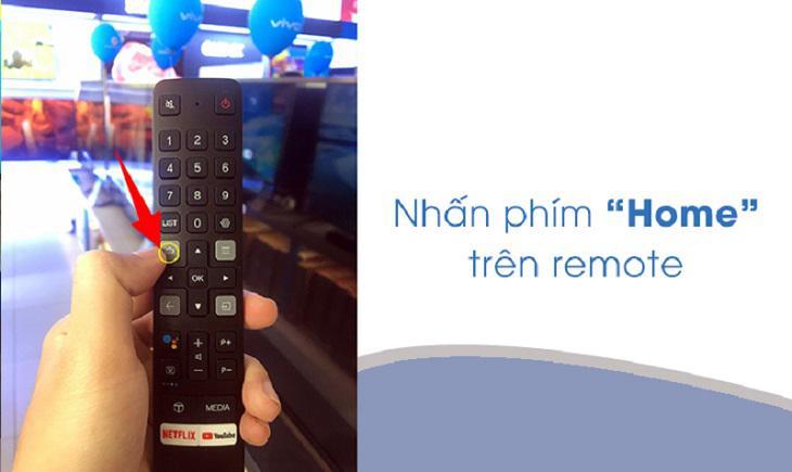 Đầu tiên, bạn nhấn nút Home (biểu tượng Ngôi nhà) để vào trang chủ tivi.